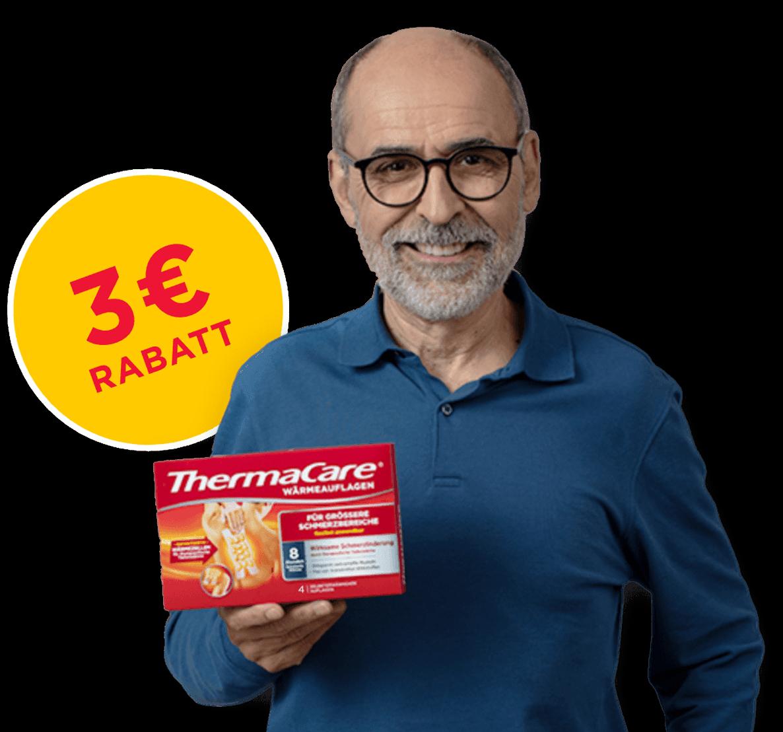 Ein laechelnder Mann haelt eine Vorteilspackung der ThermaCare® Waermeauflagen fuer groessere Schmerzbereichein der Hand