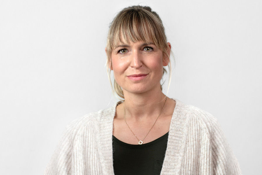 Echtanwenderin Eva laechelt Dank der erfolgreichen Behandlung mit Thermacare Waermepflastern schmerzfrei in die Kamera